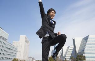 飛びあがって喜ぶビジネス男性の写真素材 [FYI02972364]
