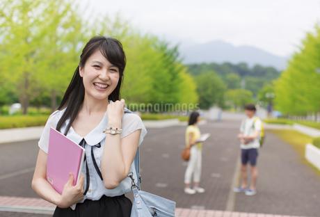 キャンパスで笑う女子学生のポートレートの写真素材 [FYI02972369]