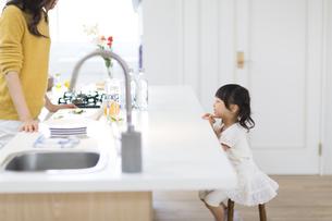 キッチンで料理の準備をする親子の横顔の写真素材 [FYI02972374]