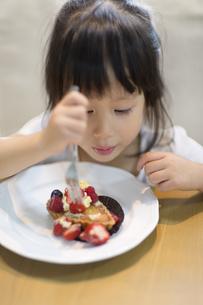 ケーキを食べる女の子の写真素材 [FYI02972376]