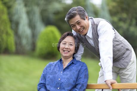 ベンチで笑顔のシニア夫婦の写真素材 [FYI02972378]