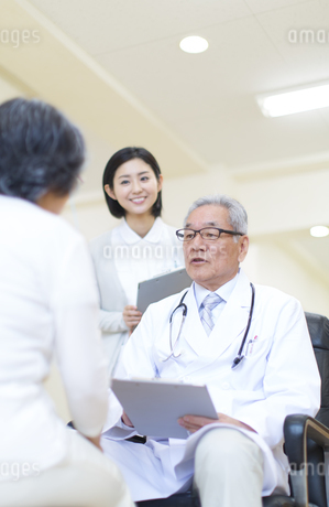 患者に問診をする男性医師の写真素材 [FYI02972382]
