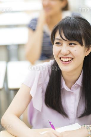 授業を受ける女子学生の写真素材 [FYI02972384]
