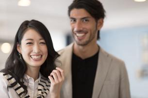 微笑む男性と女性のポートレートの写真素材 [FYI02972385]