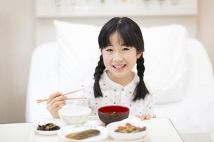 病院食を食べる女の子の写真素材 [FYI02972386]