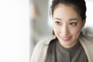 窓際で微笑む女性の写真素材 [FYI02972389]