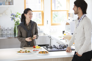 キッチンでくつろぐ男性と女性の写真素材 [FYI02972394]