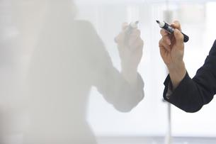 ホワイトボードに書くビジネス女性の手の写真素材 [FYI02972397]
