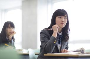 授業を受ける女子高校生の写真素材 [FYI02972398]