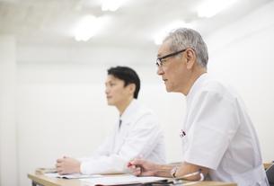会議中の男性医師の写真素材 [FYI02972406]