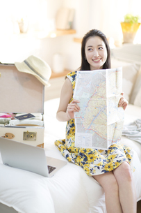 旅行の準備をする微笑む女性の写真素材 [FYI02972417]