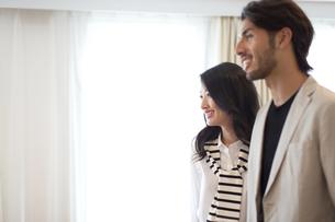 微笑む男性と女性の横顔のポートレートの写真素材 [FYI02972424]