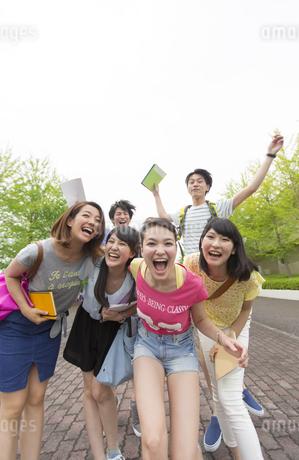 キャンパス内で笑う学生たちのポートレートの写真素材 [FYI02972425]