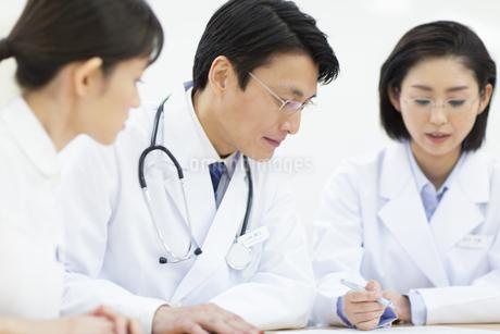 打合せをする医師たちの写真素材 [FYI02972430]