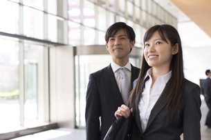 並んで上を見るビジネス男女の写真素材 [FYI02972444]