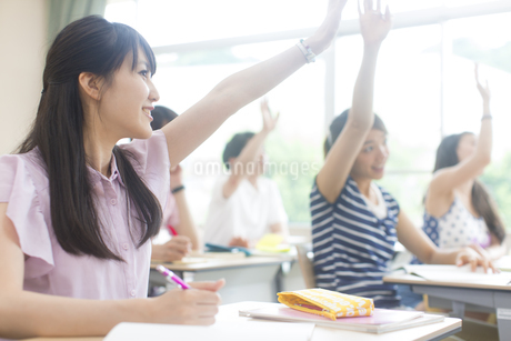 授業を受ける女子学生の写真素材 [FYI02972446]