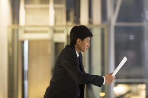 資料を見ているビジネス男性の横顔の写真素材 [FYI02972447]