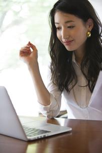 オフィスのデスクで仕事をするビジネス女性の写真素材 [FYI02972465]