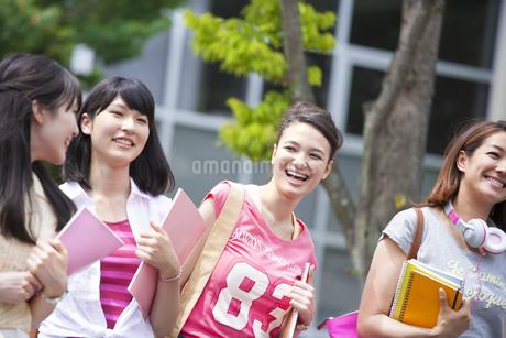 キャンパスを並んで歩く学生たちの写真素材 [FYI02972466]
