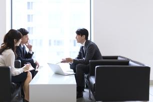 打ち合わせをするビジネス男女の横顔の写真素材 [FYI02972467]