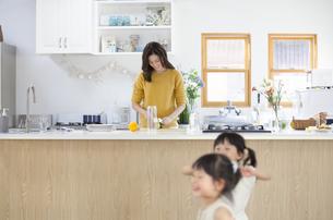 キッチンで料理の準備をする親子の写真素材 [FYI02972475]