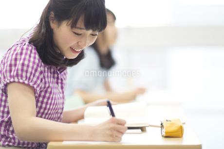 授業を受ける女子学生の写真素材 [FYI02972491]