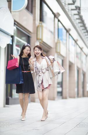 街で買物を楽しむ2人の女性の写真素材 [FYI02972492]