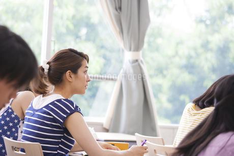 授業を受ける女子学生の写真素材 [FYI02972496]