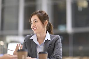 オフィスビルのロビーで打ち合せをするビジネス女性の写真素材 [FYI02972504]
