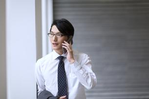 スマートフォンで通話するビジネス男性の写真素材 [FYI02972513]