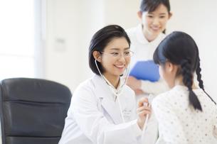 女の子に聴診器をあてる女性医師の写真素材 [FYI02972520]
