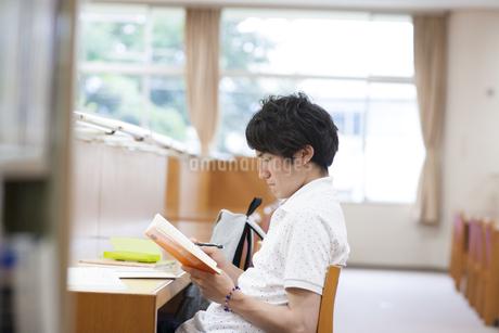 図書室で勉強する男子学生の写真素材 [FYI02972523]