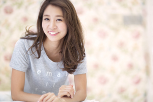 微笑む女性のポートレートの写真素材 [FYI02972528]