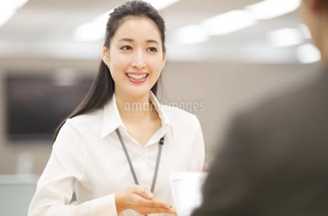 タブレットPCで打合せをするビジネス女性の写真素材 [FYI02972531]