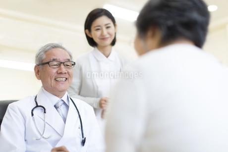 患者に問診をする男性医師の写真素材 [FYI02972534]