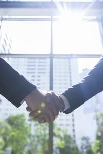 握手するビジネスマンの手の写真素材 [FYI02972537]