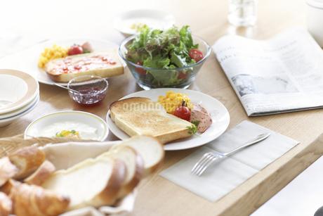朝刊とパンやサラダなど朝食イメージの写真素材 [FYI02972538]