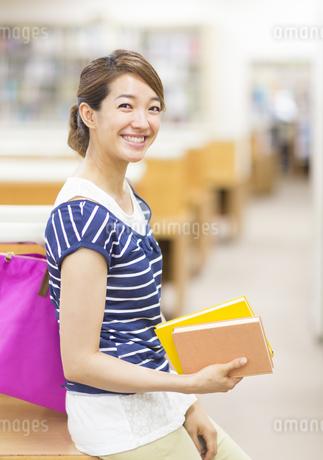 図書室での女子学生のポートレートの写真素材 [FYI02972545]