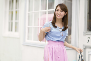 ウィンドウショッピングを楽しむ女性の写真素材 [FYI02972548]