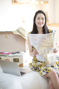 旅行の準備をする微笑む女性の写真素材 [FYI02972550]