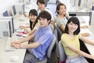 パソコン教室で集まる学生たちのポートレートの写真素材 [FYI02972555]