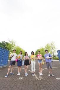 キャンパスの門で笑顔で並ぶ学生たちの写真素材 [FYI02972560]