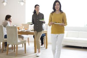 料理を運ぶ2人の女性の写真素材 [FYI02972570]