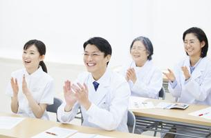 会議で拍手をする医師たちの写真素材 [FYI02972576]