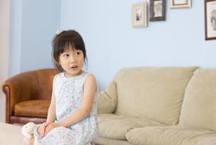 部屋で横を見ている女の子の写真素材 [FYI02972579]