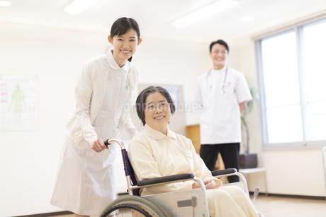 車椅子の患者に添う女性看護師の写真素材 [FYI02972581]