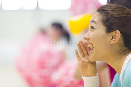 口元に手をあて応援する若い女性の写真素材 [FYI02972585]