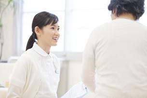 患者と話をする女性看護師の写真素材 [FYI02972594]