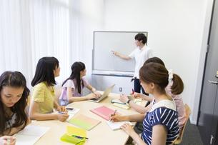 サークルのミーティングをする学生たちの写真素材 [FYI02972603]