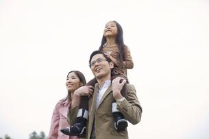 肩車して遠くを見る家族の写真素材 [FYI02972605]